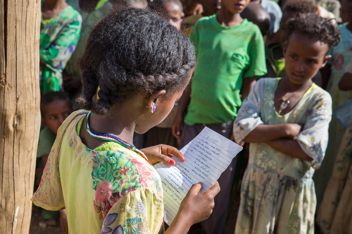 Ein Mädchen der Sifra Jeganu Schule liest ihre Mitspielern etwas vor