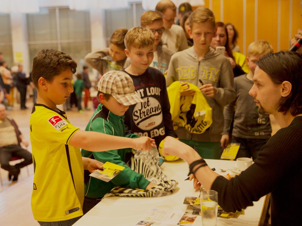 Im Rahmen einer Autogrammstunde bei dem Lionsclub Kamen unterhält Neven sich mit einem kleinen Jungen