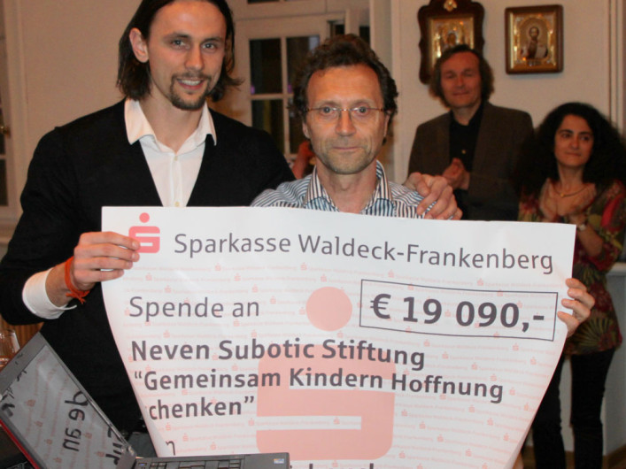 Neven Subotic von der Neven Subotic Stiftung und Dr. Scheuch von der Vectura GmbH präsentieren den Spendescheck in Höhe von 1909 €