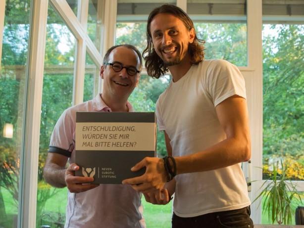 Markus mit Neven bei der Spendenübergabe