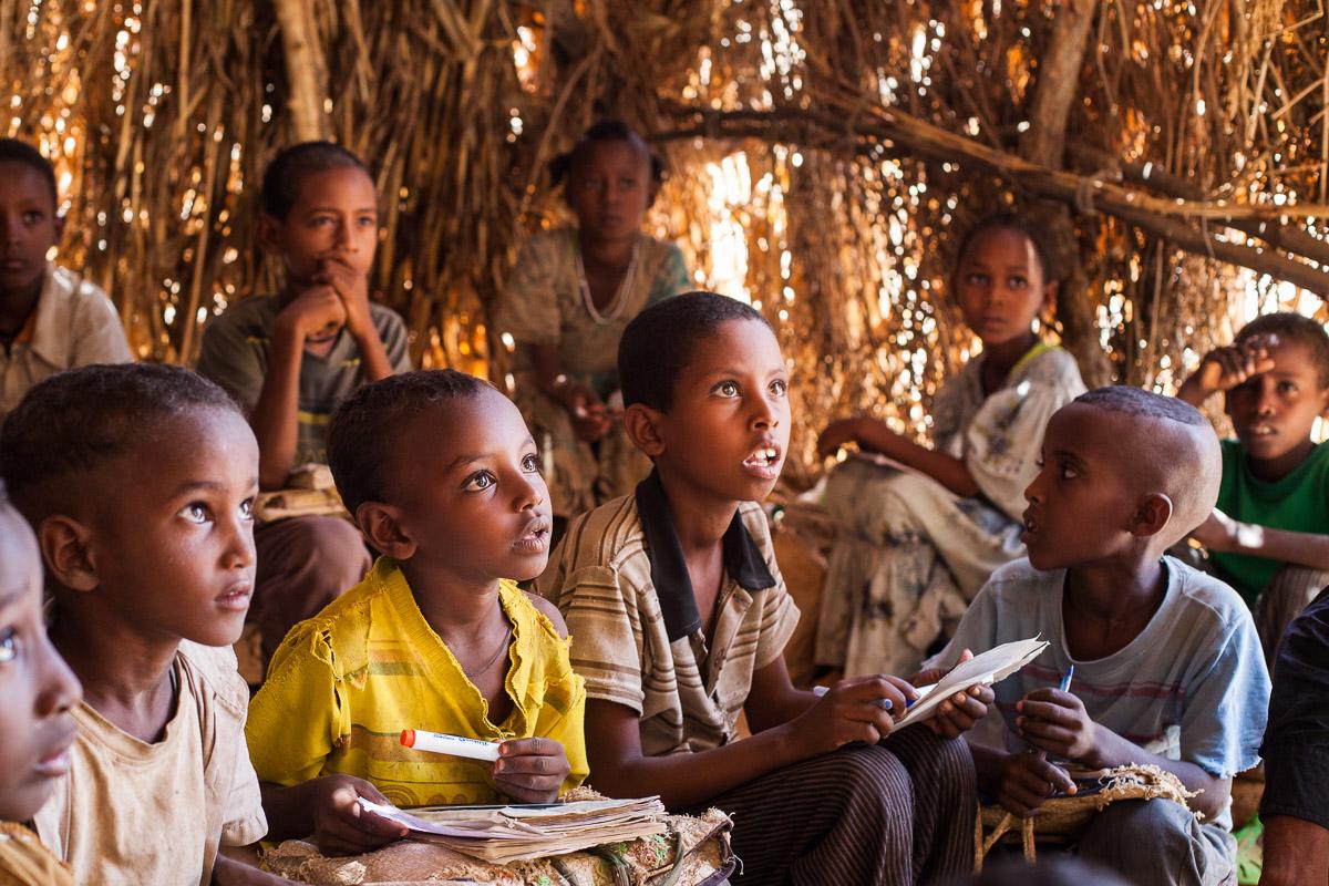 Die Schüler an der Sifra Jeganu Schule passen fleißig beim Unterricht auf.