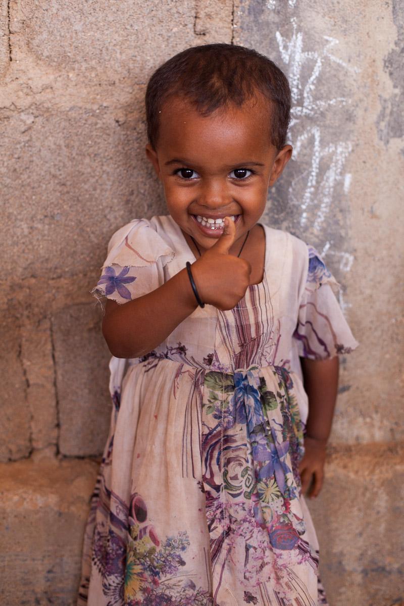 Sosuna, die Tochter des Schulleiter, gibt uns ein lächelndes Daumen hoch.